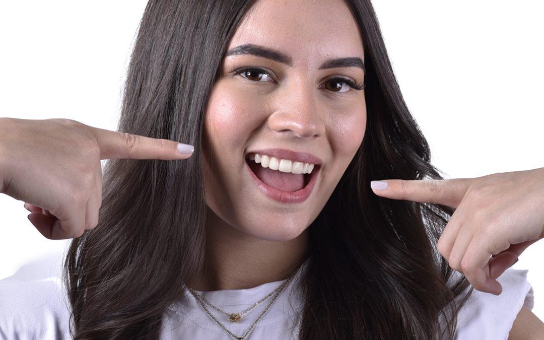 Qué es mejor para  mejorar mi sonrisa,  ¿Carillas o Brackets?